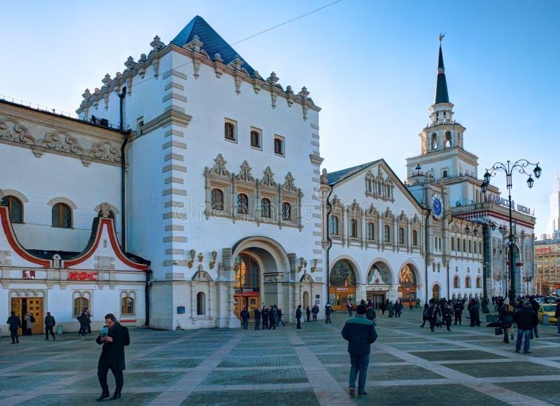 MOSKOU, 23 NOV., 2016: Van de het spoormanier van Kazanskyvokzal de passagierspost op Drie stationsvierkant De Russische Wegen RZ royalty-vrije stock afbeelding