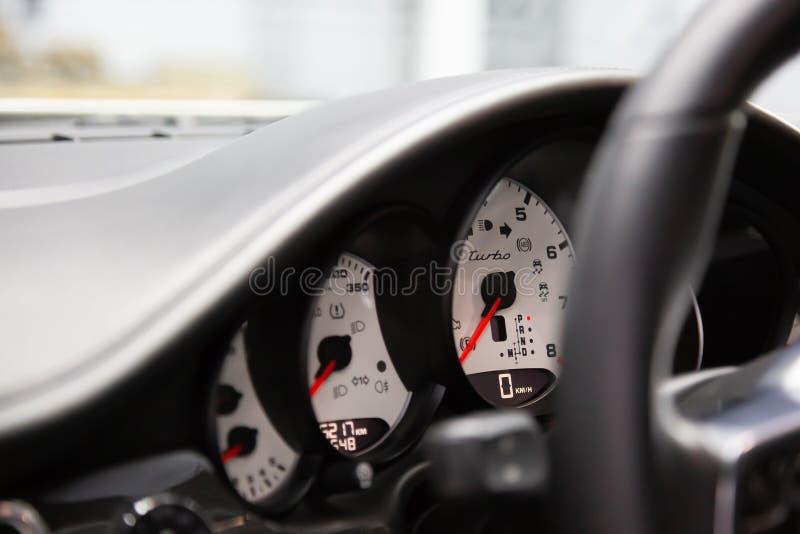 moskou November 2018 Computer aan boord en wit dashboard Porsche Panamera Turbo r Rood stock afbeeldingen