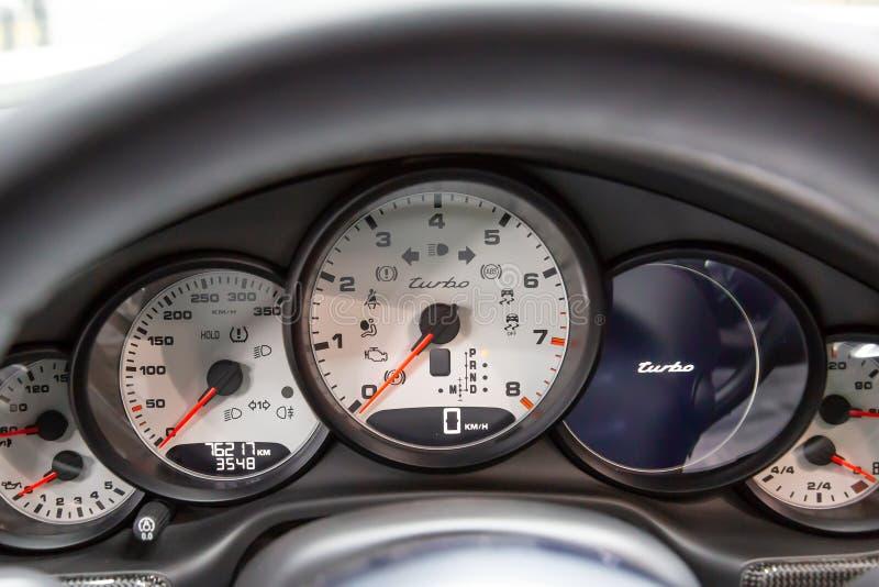 moskou November 2018 Computer aan boord en wit dashboard Porsche Panamera Turbo r Rood royalty-vrije stock fotografie