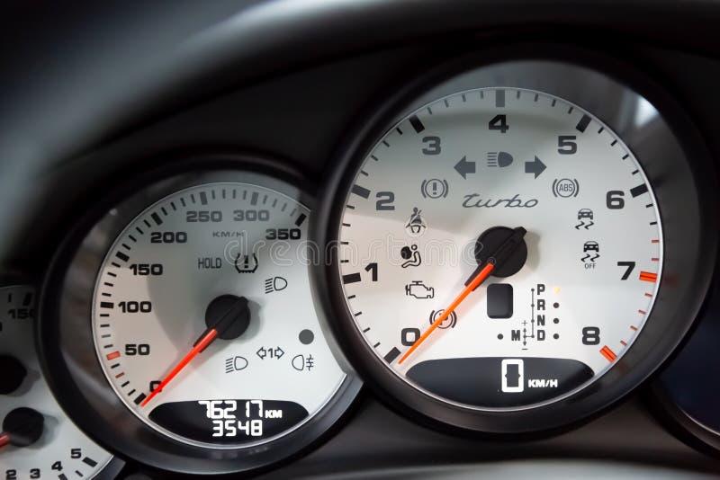 moskou November 2018 Computer aan boord en wit dashboard Porsche Panamera Turbo r Rood royalty-vrije stock afbeeldingen
