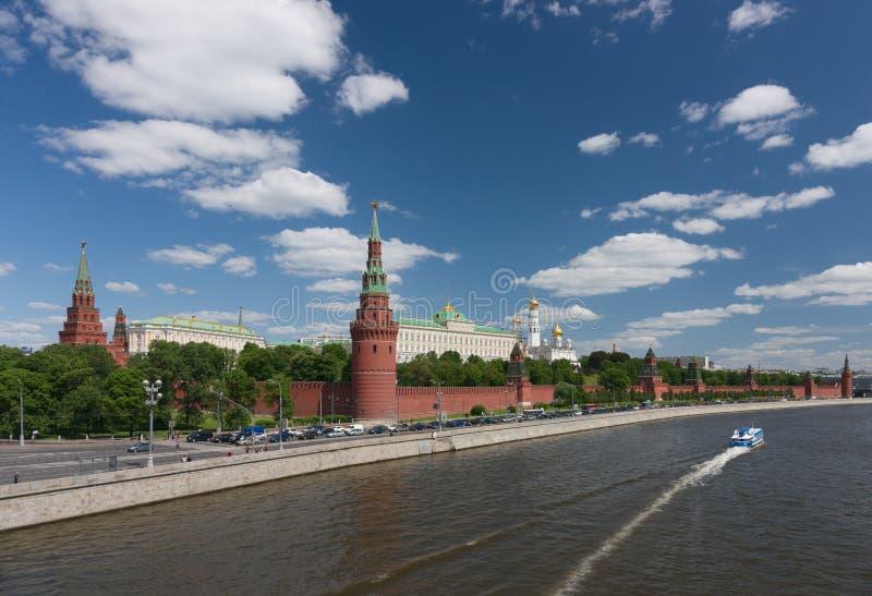 moskou Op het schip met vleugelboten door het Kremlin stock afbeelding