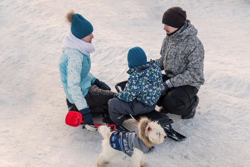 Moskou, Park in Mitino, 4 Januari, 2017: een Jonge familie met kinderen en een hond op vakantie in de winter royalty-vrije stock afbeeldingen