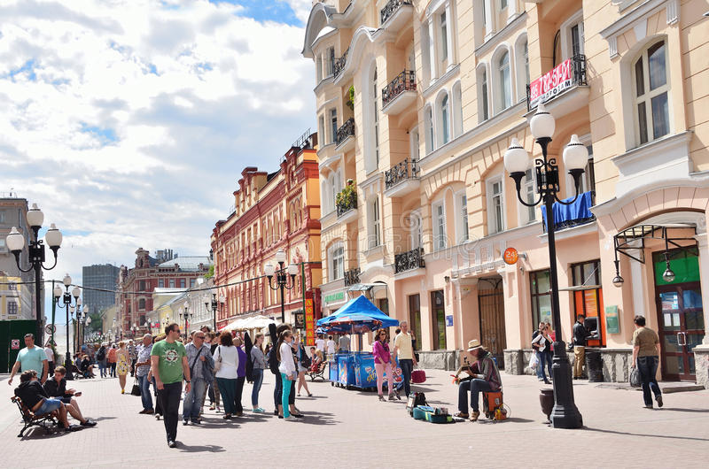 Moskou, Pussia die, Mensen op Oude Arbat-straat in de zomer lopen royalty-vrije stock foto's