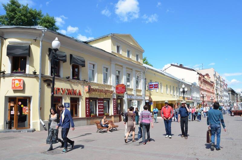 Moskou, Pussia die, Mensen op Oude Arbat-straat in de zomer lopen stock afbeeldingen