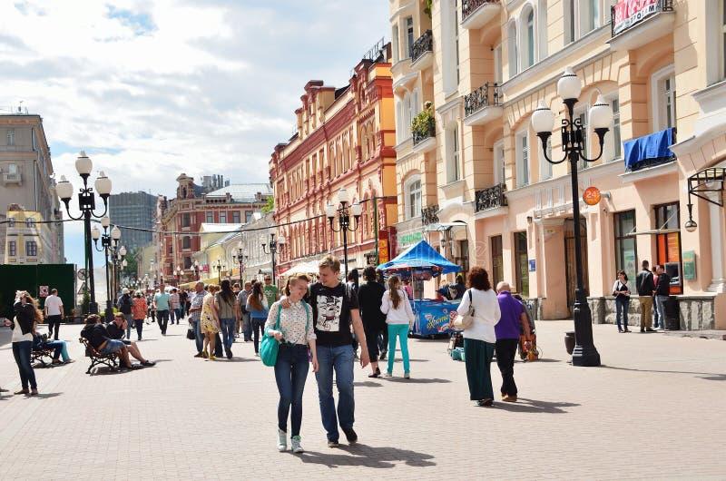 Moskou, Pussia die, Mensen op Oude Arbat-straat in de zomer lopen royalty-vrije stock afbeeldingen