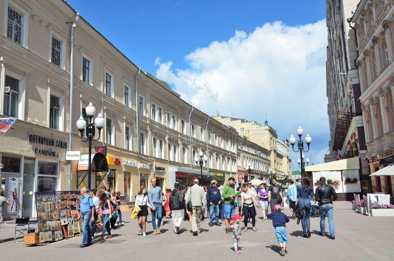 Moskou, Pussia die, Mensen op Oude Arbat-straat in de zomer lopen royalty-vrije stock afbeelding