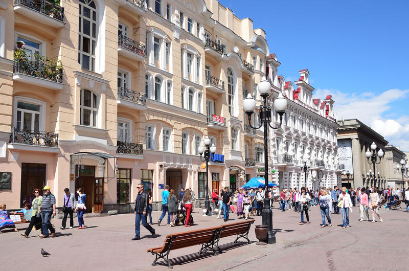 Moskou, Pussia die, Mensen op Oude Arbat-straat in de zomer lopen stock foto's
