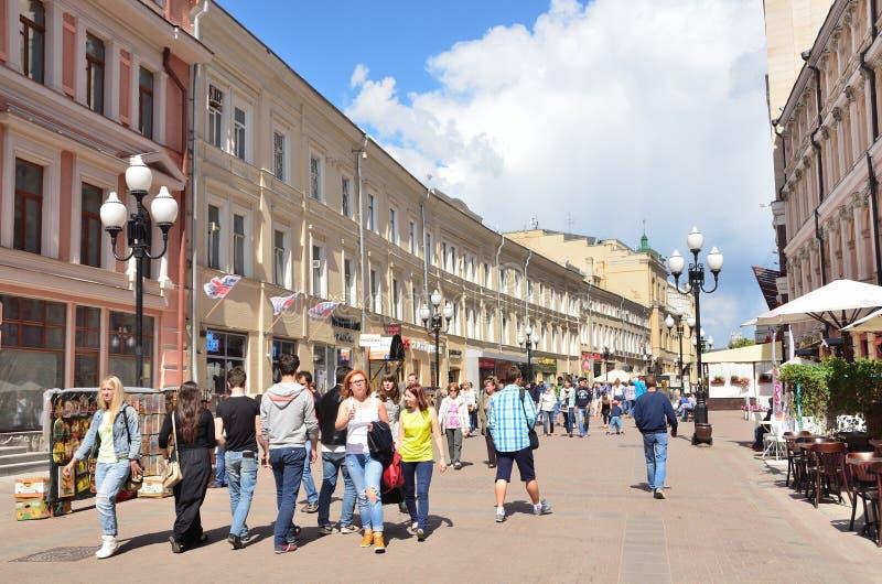 Moskou, Pussia die, Mensen op Oude Arbat-straat in de zomer lopen stock fotografie