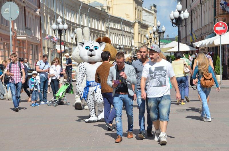 Moskou, Pussia die, Mensen op Oude Arbat-straat in de zomer lopen stock afbeelding