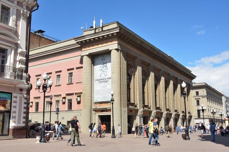 Moskou, Pussia die, Mensen op Oude Arbat-straat dichtbij het theater van Vahtangov in de zomer lopen royalty-vrije stock foto's