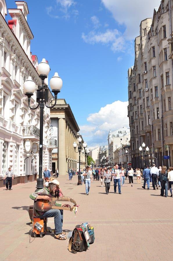 Moskou, Pussia, Musition op Oude Arbat-straat in de zomer stock foto's