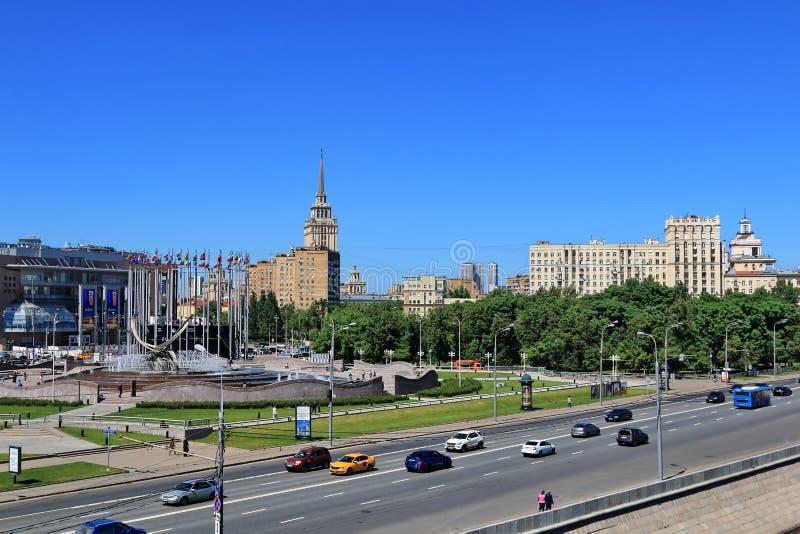 """Moskou, Rusland †""""25 Mei, 2018: Berezhkovskayadijk van het de Rivier van Moskou en Vierkant van Europa stock foto"""