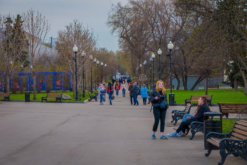 MOSKOU, RUSLAND 24 APRIL, 2018: De openluchtmening van mensen berijdt, schaatst en loopt dichtbij het park van Gorky stock foto