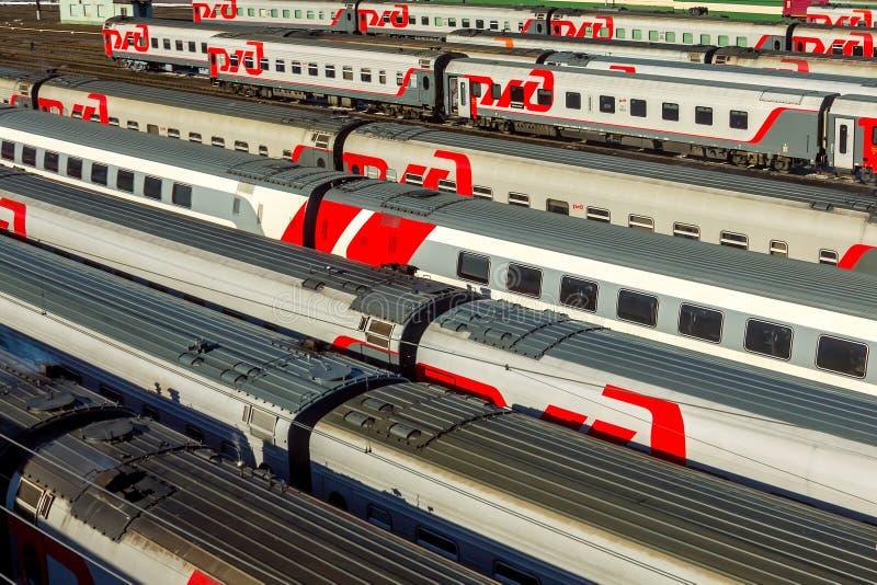 Moskou, Rusland - April, 2017 De Russische treinen van de spoorwegpassagier stock foto