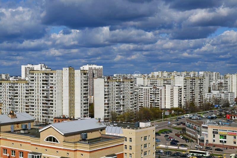 Moskou, Rusland - April 29 2018 Hoogste mening van een slaapgebied in het administratieve district van Zelenograd royalty-vrije stock foto