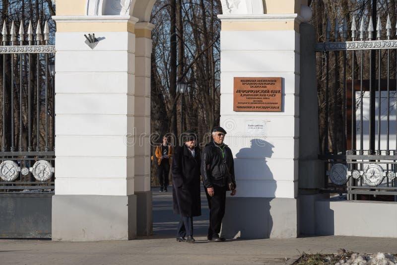 MOSKOU, RUSLAND - APRIL 9, 2018: Koppelen de bejaarden bij de ingang aan het Lefortovo-Park in Moskou royalty-vrije stock fotografie