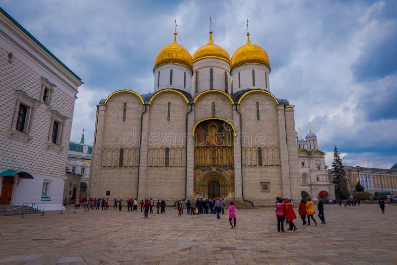 MOSKOU, RUSLAND 24 APRIL, 2018: Mening van gouden koepels van orthodoxe kerken bij het Kathedraalvierkant binnen Moskou royalty-vrije stock afbeelding