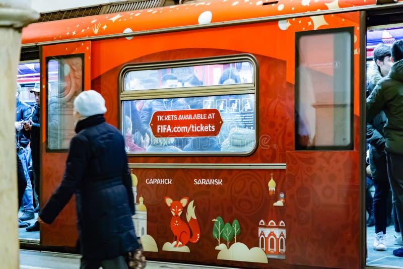 MOSKOU, RUSLAND - April 07, 2018: Metro trein bij de ringspost van de metro van Moskou met de symbolen van de Wereldbeker FIFA 20 royalty-vrije stock foto