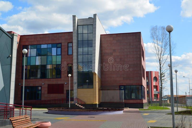 Moskou, 24 Rusland-April 2016 Nieuwe Stadsschool in district 23 van Zelenograd stock afbeelding
