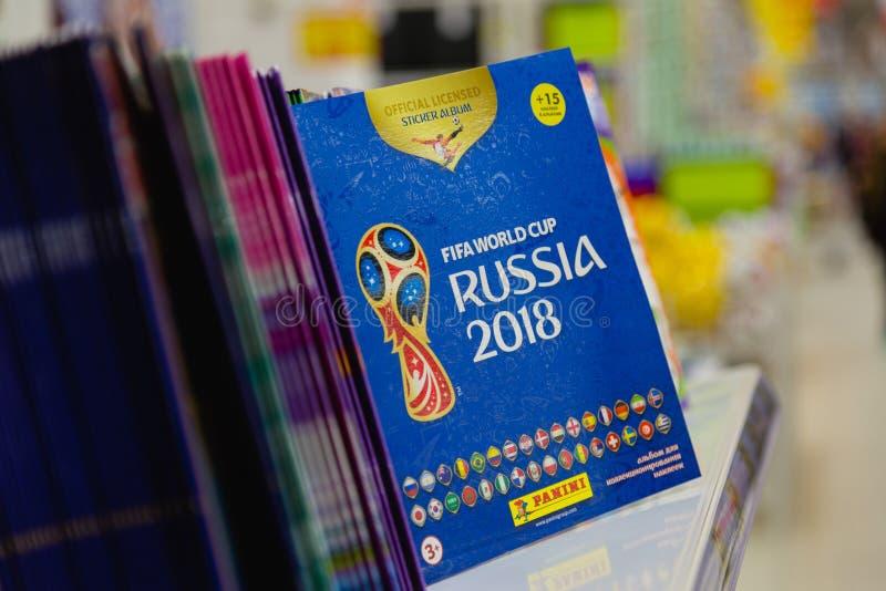 MOSKOU, RUSLAND - APRIL 27, 2018: Officieel album voor stickers gewijd aan de Wereldbeker RUSLAND 2018 van FIFA op opslagplank stock afbeeldingen