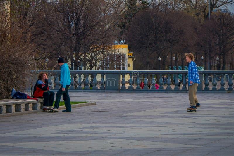 MOSKOU, RUSLAND 24 APRIL, 2018: Openluchtmening van tieners die rol uitoefenen die in een park zonder bescherming, in a schaatsen royalty-vrije stock afbeelding