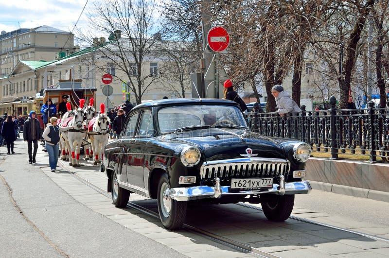 Moskou, Rusland, 15 April, 2017 Parade van trams op Chistoprudny-Boulevard Verrichting van de wagen de door paarden getrokken spo stock afbeelding
