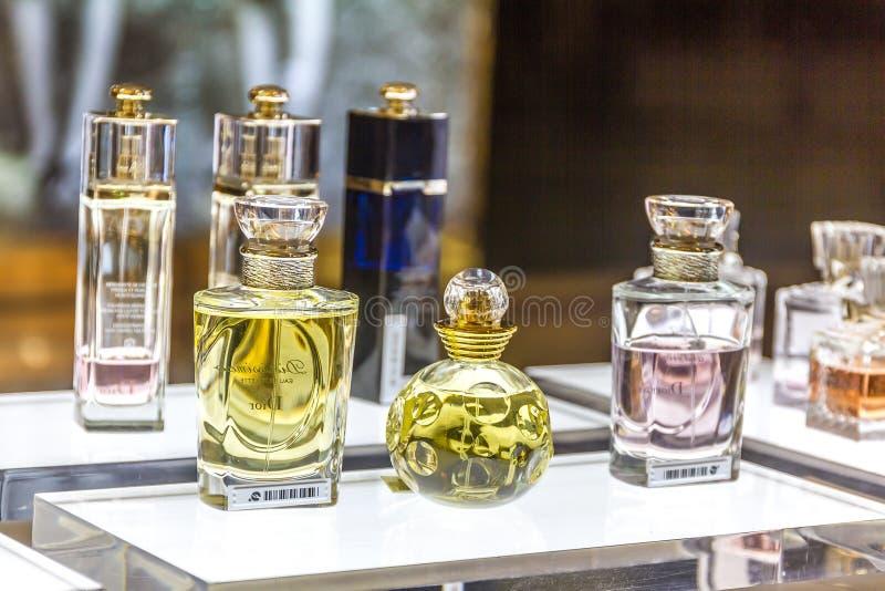 MOSKOU, RUSLAND - April 11, 2012 - Parfume-hoek in groot winkelcentrum stock foto's