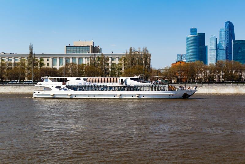 MOSKOU, RUSLAND - APRIL 30, 2017: Plezierboten op de achtergrond van de Internationale van Commercieel Stad Centrummoskou royalty-vrije stock fotografie