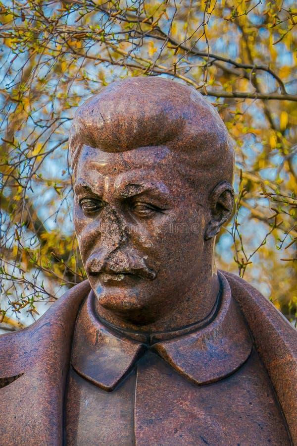 MOSKOU, RUSLAND 24 APRIL, 2018: Sluit omhoog van bronsbeeldhouwwerk van Joseph Vissarionovich Stalin, in Gevallen Monumentenpark stock afbeelding