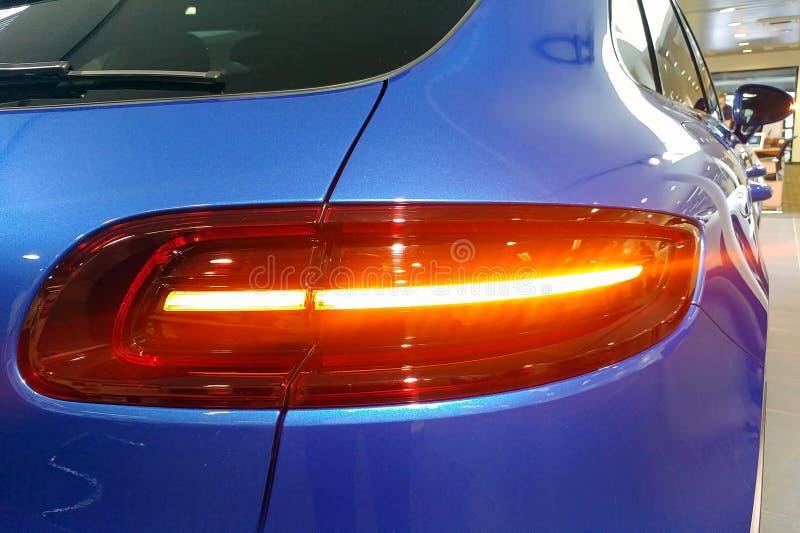 Moskou, Rusland - April 22, 2019: Sluit omhoog van en achterlichten van de oversteekplaats van premie blauwe Porsche Macan GTS in royalty-vrije stock fotografie