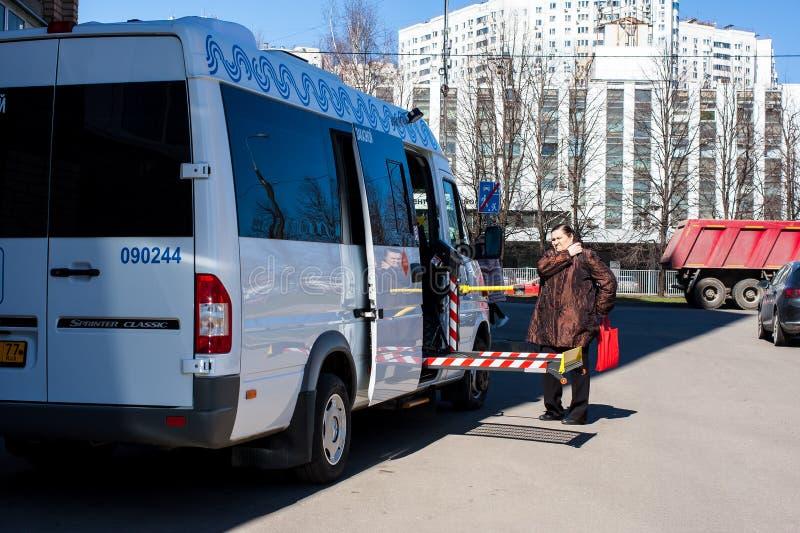 Moskou, Rusland - April 16, 2019: Sociale taxi voor de gehandicapten Speciale die voertuigen voor gehandicapten in rolstoelen wor royalty-vrije stock foto