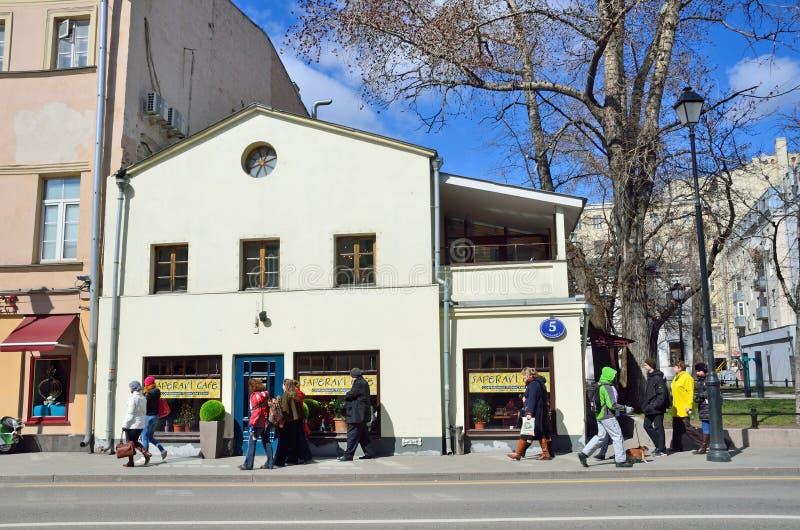 """Moskou, Rusland, 15 April, 2017 Straat Pokrovka, 5 †het """"huis van de geestelijkheid van de Kerk van de veronderstelling in Kote stock afbeeldingen"""