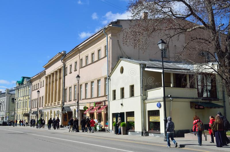 """Moskou, Rusland, 15 April, 2017 Straat Pokrovka, 5 †het """"huis van de geestelijkheid van de Kerk van de veronderstelling in Kote stock afbeelding"""