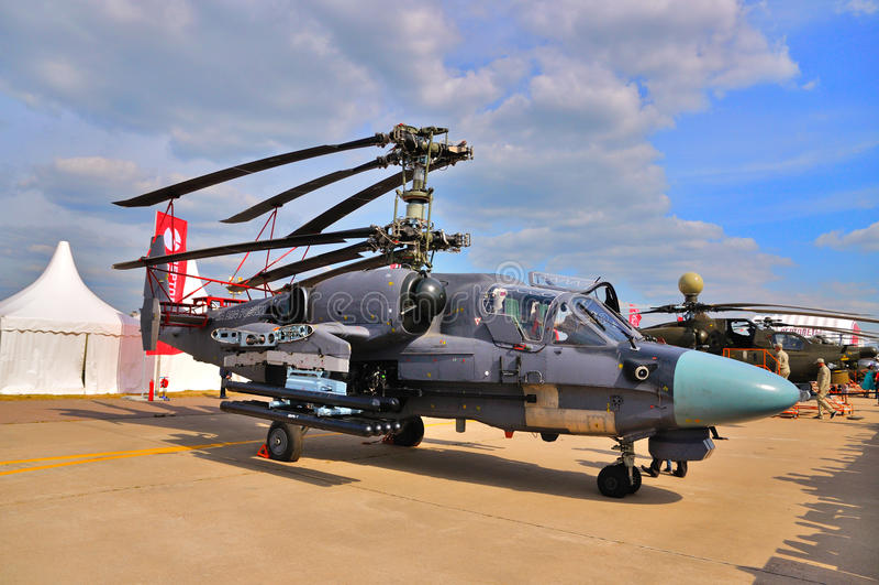 MOSKOU, RUSLAND - AUGUSTUS 2015: aanvalshelikopter Ka-52 Alligator pre stock afbeeldingen