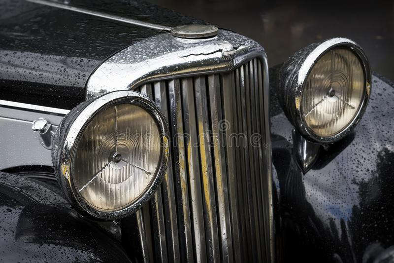 MOSKOU, RUSLAND - AUGUSTUS 26, 2017: Close-up van Jaguar-auto detal met kap met koplampen en embleem, uitstekende auto stock foto's