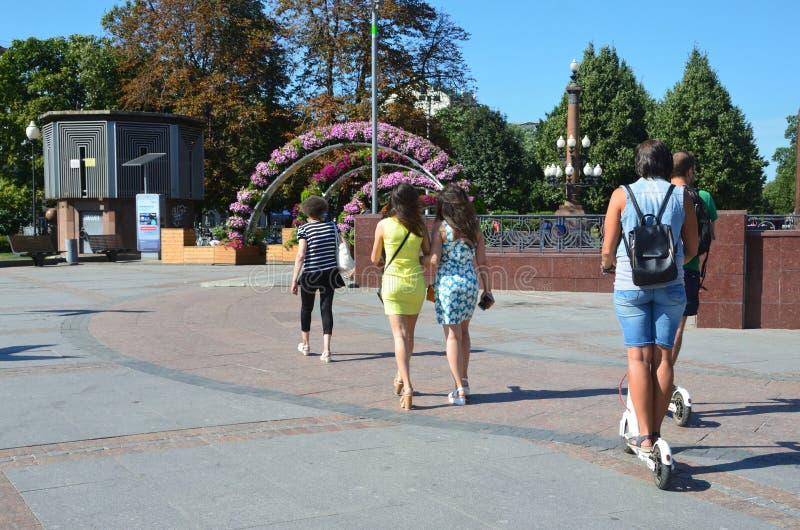 Moskou, Rusland, 11 Augustus, 2018 De mensen die op Trubnaya lopen regelen in Moskou in de zomer royalty-vrije stock afbeeldingen