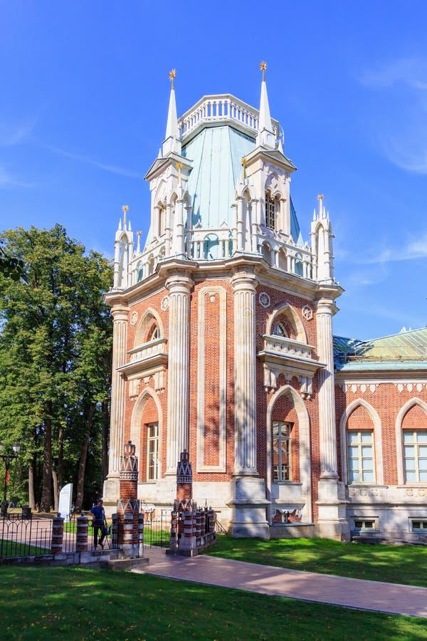 Moskou, Rusland - Augustus 12, 2018: Hoektoren van Groot Paleis in museum-Reserve Tsaritsyno op een achtergrond van steenvoetpad  stock afbeelding