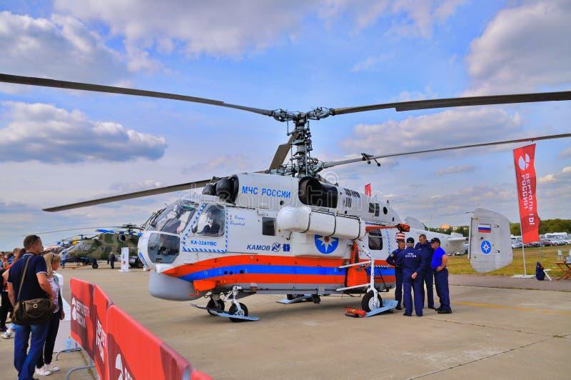 MOSKOU, RUSLAND - AUGUSTUS 2015: Noodsituatiehelikopter Ka-32 Schroef pres stock afbeeldingen
