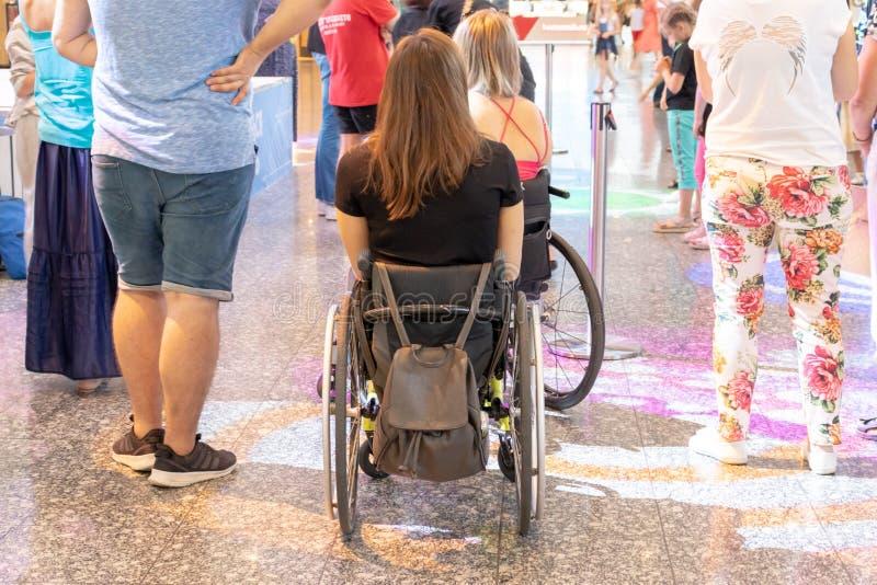 MOSKOU, RUSLAND - AUGUSTUS 29, 2018: Twee gehandicapten in rolstoelen in het winkelcomplex stock afbeelding