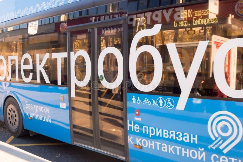 MOSKOU, RUSLAND: Blauwe elektrische bus bij de het laden post royalty-vrije stock afbeelding