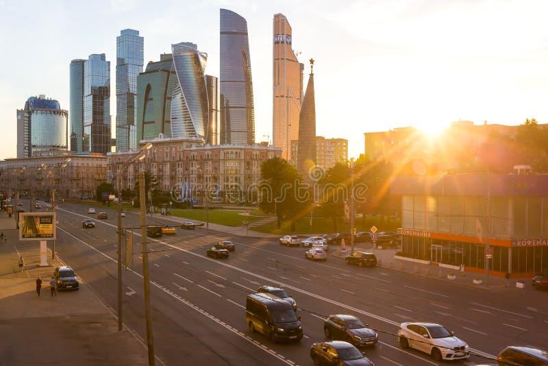 MOSKOU, RUSLAND - CIRCA JUNI, 2018: Straatmening van van Kutuzov-Weg en Stad de bedrijfs complexe van Moskou stock foto