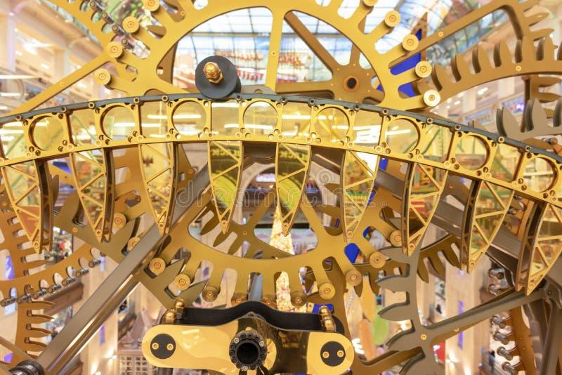 MOSKOU, RUSLAND - DECEMBER 1, 2018: De grote klok van de steampunkmuur in de Winkel van Centrale Kinderen Steampunktoestel, mecha stock foto