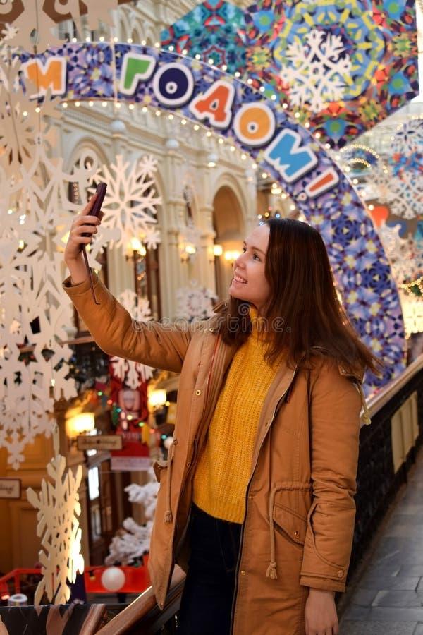 Moskou, Rusland - December 16, 2018: De jonge vrouw neemt selfies in de GOM van de het Ministerie van Buitenlandse Zakenopslag va stock foto