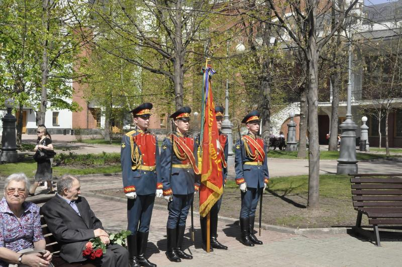 Moskou, Rusland die, 9 Mei, 2018, de Grote Patriottische Oorlog door militairen van het Transfiguratieregiment en de oorlogsveter stock foto's