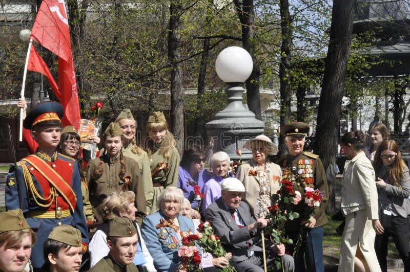 Moskou, Rusland die, 9 Mei, 2018, de Grote Patriottische Oorlog door militairen van het Transfiguratieregiment en de oorlogsveter royalty-vrije stock afbeelding