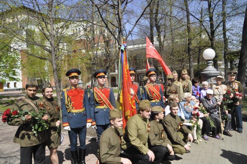 Moskou, Rusland die, 9 Mei, 2018, de Grote Patriottische Oorlog door militairen van het Transfiguratieregiment en de oorlogsveter royalty-vrije stock foto's