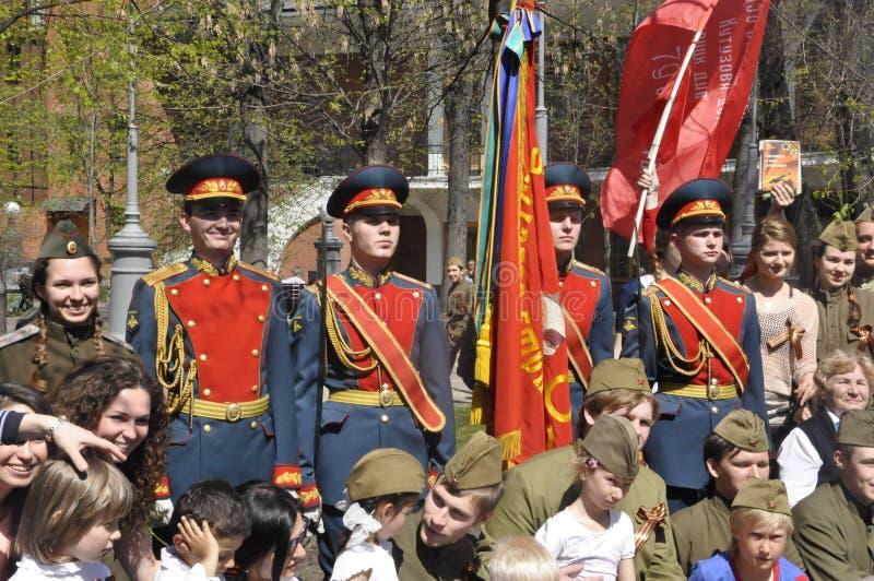 Moskou, Rusland die, 9 Mei, 2018, de Grote Patriottische Oorlog door militairen van het Transfiguratieregiment en de oorlogsveter stock afbeeldingen