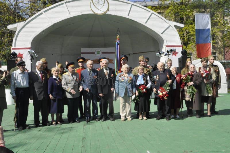 Moskou, Rusland die, 9 Mei, 2018, de Grote Patriottische Oorlog door militairen van het Transfiguratieregiment en de oorlogsveter royalty-vrije stock fotografie