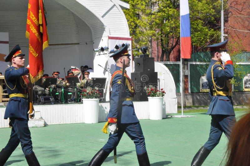 Moskou, Rusland die, 9 Mei, 2018, de Grote Patriottische Oorlog door militairen van het Transfiguratieregiment en de oorlogsveter royalty-vrije stock foto