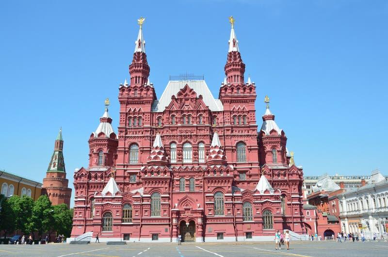Moskou, Rusland die, Mensen dichtbij Historisch museum op Rood vierkant lopen stock foto's